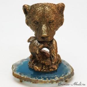 Голова медведя с рыбой в пасти