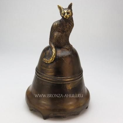 Котик сидит на колокольчике