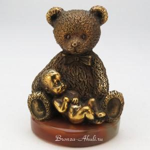 Медвежонок с младенцем