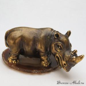 Носорог на камне